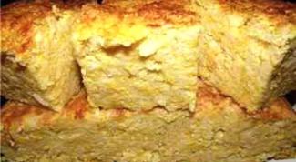 Пшенный кекс с морковью, жареным луком и йогуртовым соусом