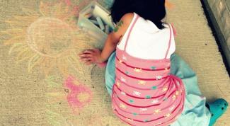 Чем занять ребенка летом на улице: игры с цветными мелками