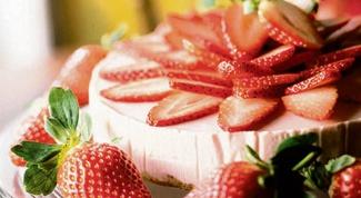 Как приготовить сметанный пирог с клубникой