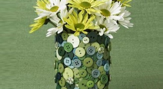 Импровизированная ваза из картона и пуговиц