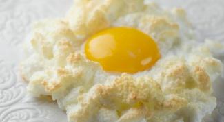 """Как приготовить яичницу """"солнце в облаках"""""""