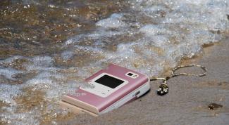 Как спасти телефон, если он упал в воду