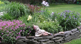 How to make a fence for flower beds with his own hands from scrap materials