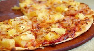 Экономная пицца с молочными сосисками и ананасами