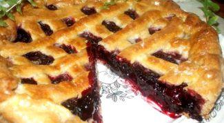 Пирог с крыжовником и клубникой