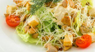 Как просто сделать салат «Цезарь» с курицей