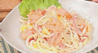 Как приготовить легкий салат с кальмарами и помидорами