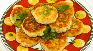 Potato pancakes with peas and gravy