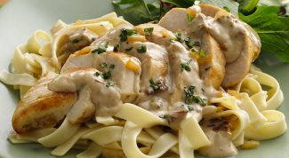 Pasta with chicken breast in a creamy sauce