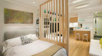 Зонирование пространства комнаты декоративной перегородкой