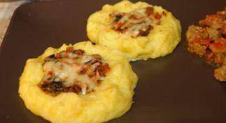 Картофельные гнездышки с горошком и перепелиными яйцами