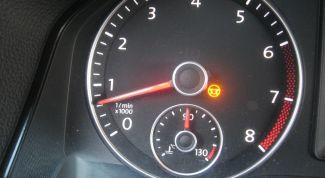 Индикаторы желтого цвета приборной панели автомобиля