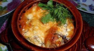 Нежное мясо в горшочке с цветной капустой и грибами в сливочно-сырной заливке