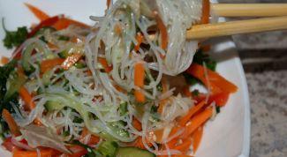 Салат со стеклянной лапшой и мясом