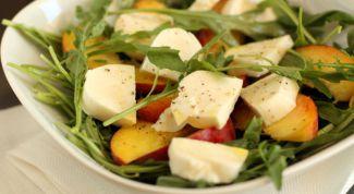 Теплый салат из моцареллы и груш