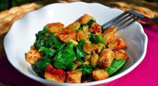 Как приготовить теплый салат из шпината с изюмом