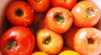 Быстрые малосольные помидоры с чесноком и зеленью