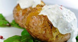 Молодой картофель, запеченный с салом в духовке