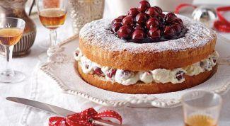 Как приготовить бисквитный торт с вишней и взбитыми сливками