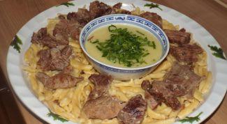 Чеченские галушки с курицей и чесночным соусом