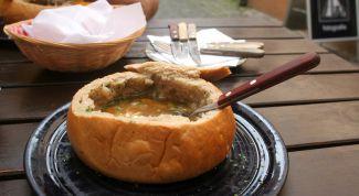 Рыбный суп в хлебной тарелке