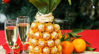 Сладкий подарок: ананас из конфет
