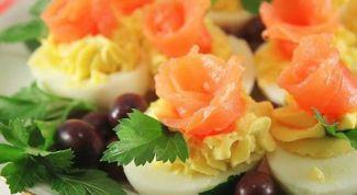 Как приготовить яйца, фаршированные лососем