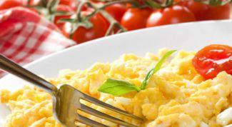 Как приготовить яичницу-болтунью со шпиком и картофелем