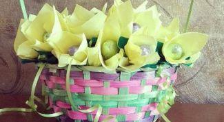 Как собрать букет из конфет в корзине