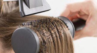 уложить волосы с помощью брашинга