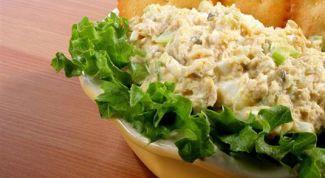 Как приготовить салат с тунцом и сухариками
