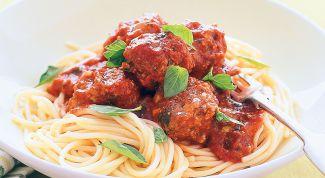 Как приготовить спагетти с мясными шариками под томатным соусом