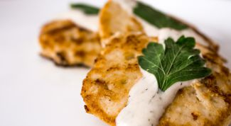 Как приготовить куриные оладьи со сметанным соусом