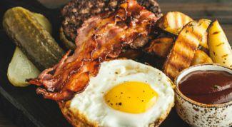 Как приготовить бифштекс с беконом и яйцом на булочке