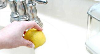 Как быстро очистить кафель и сантехнику с помощью лимона