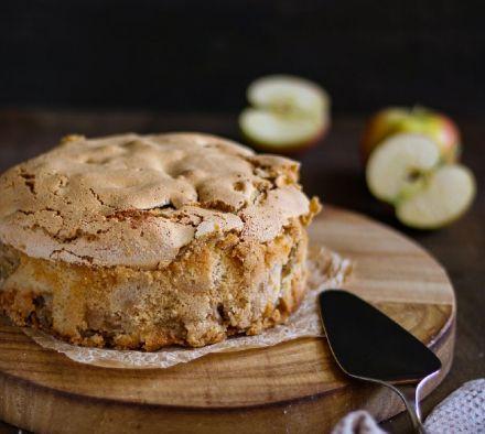 Вкусная шарлотка, как у бабушки: воздушная, очень яблочная и с корочкой сверху