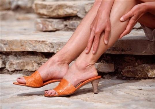 Почему болят икры ног