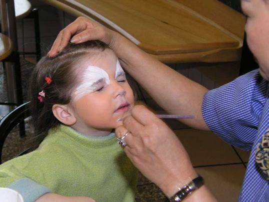 Дети очень любят, когда взрослые рисуют на их лице