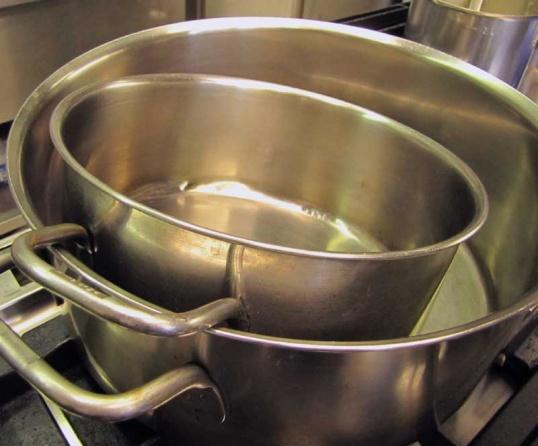 Чистить кастрюли нужно бережно и аккуратно