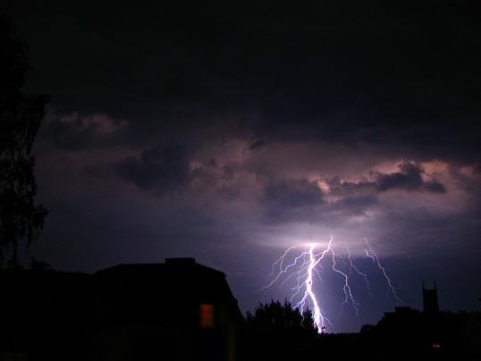 Молния - самозарождающийся разряд электричества, возникающий во время грозы
