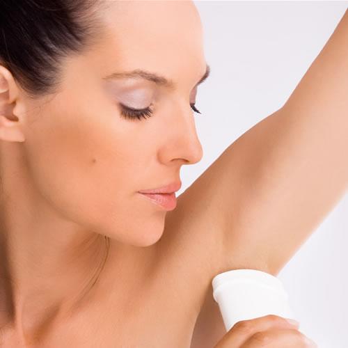 Пользуйтесь хорошими дезодорантами и антиперспирантами, иначе пятен на одежде не избежать