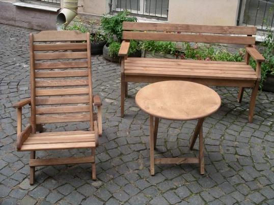Деревянная мебель на даче как раз к месту