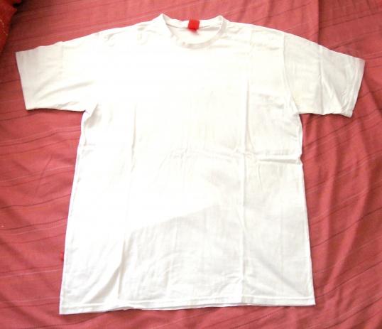 Даже простая белая футболка с джинсами будет смотреться стильно.