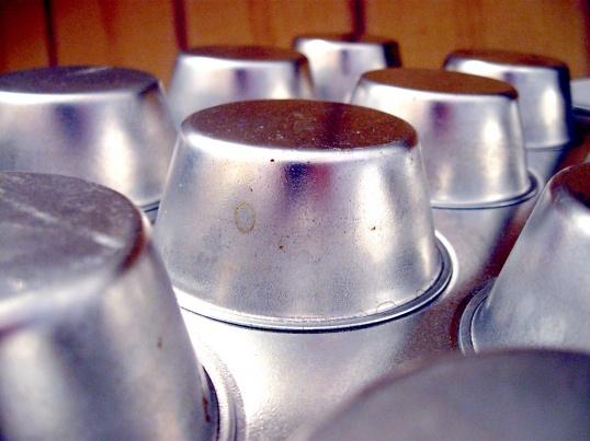 Алюминиевую посуду нельзя чистить кислотой или щелочью