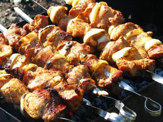 Шашлыки - любимое летнее блюдо россиян