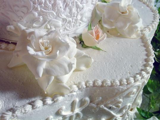 Традиционное украшение для торта - розы из крема, марципана или мастики