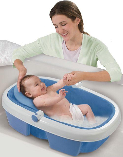 Как держать новорожденных во время купания