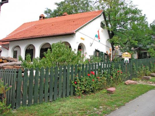 Возле деревенских домов обычно есть деревья и кусты