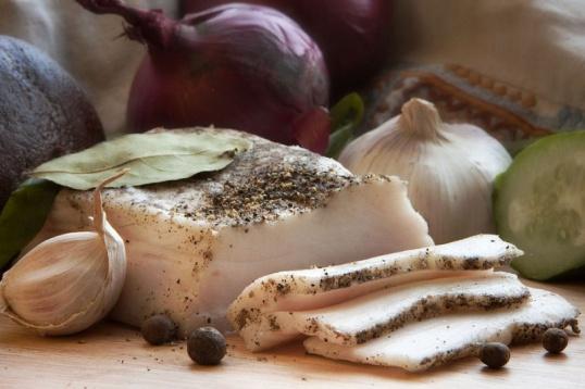 Как засолить сало с чесноком