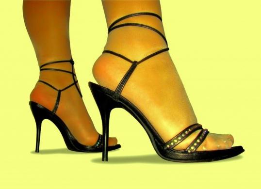 Очень часто причиной спазма в ногах становятся слишком высокие каблуки